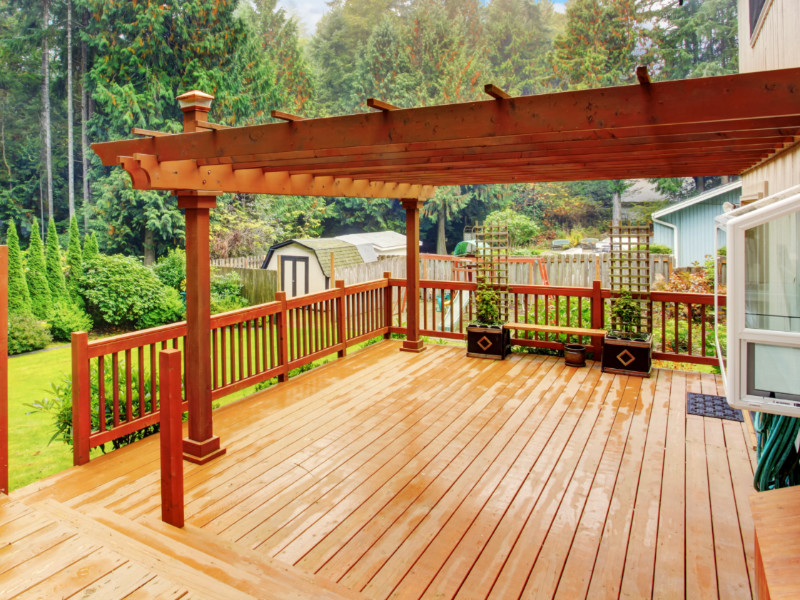 5 Benefits of Applying Wood Stain and Sealant To Your Deck
