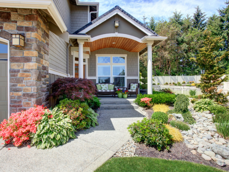 5 Reasons Why You Should Hire a Landscaper