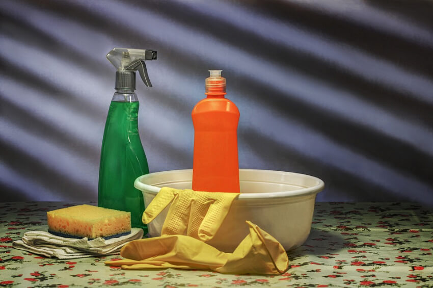 Dish detergent works as a degreaser. Source: Pixabay
