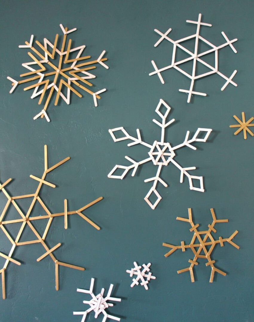 Beautiful snowflakes made of popsicles sticks. Source: A Girl and a Glue Gun